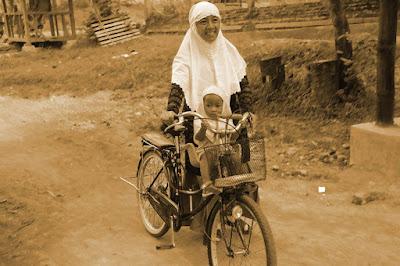 Ibu Mengantar Sekolah Anaknya - Blog Mas Hendra
