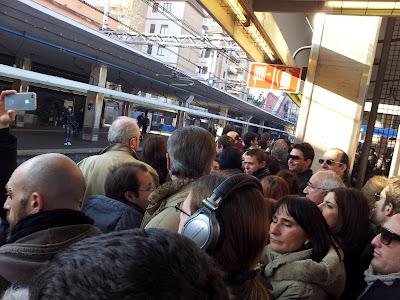 Folla al treno 01 03 2012