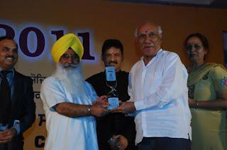 S Sewa Singh  Sekhnwan awarding Yash Chopra