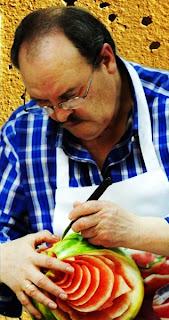 Alfredo tallando fruta