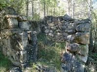 Restes de les ruïnes d'una construcció sota el Turó de Sant Genís