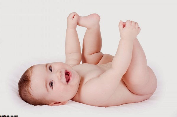 Bébé mimi joue avec ses pieds