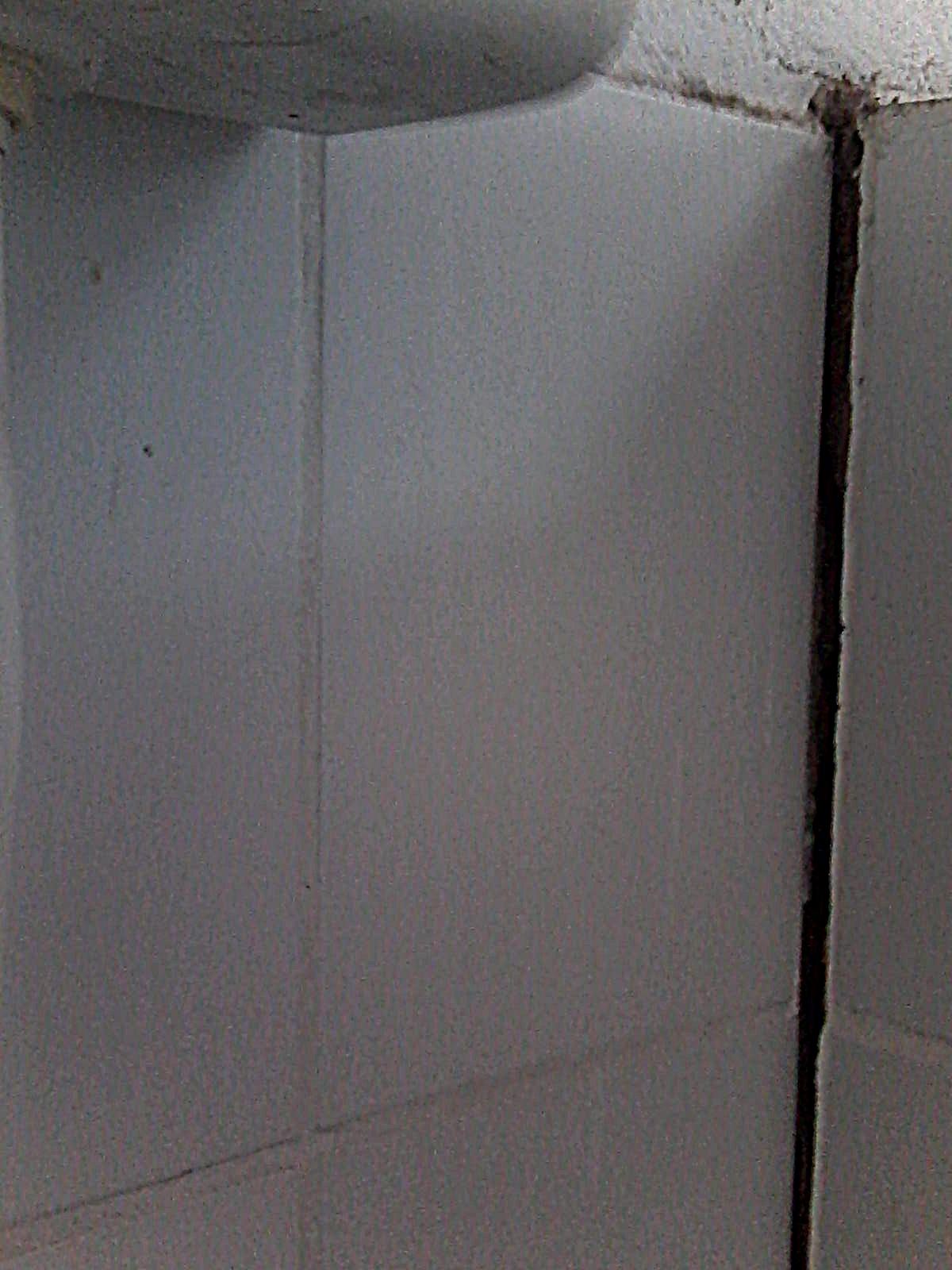 banheiro que pode desabar a qualquer momento há muito está  #59504F 1200 1600