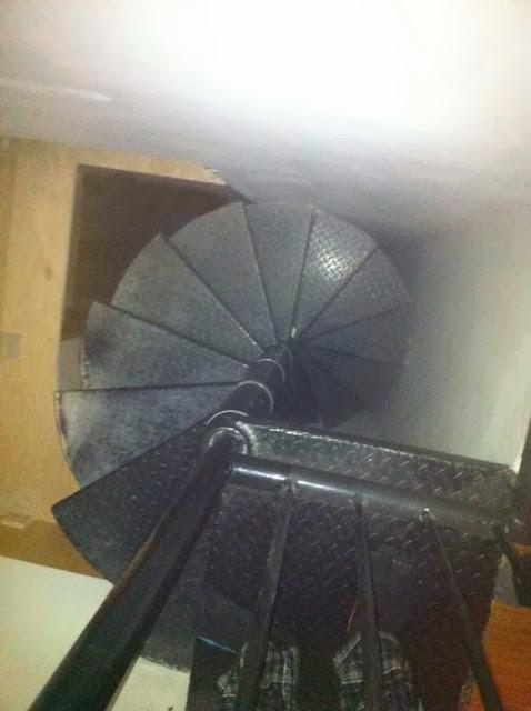 bizarro, notícia, pessoa morando nas paredes da casa, cômodo secreto, escada, terror, história aterrorizante real