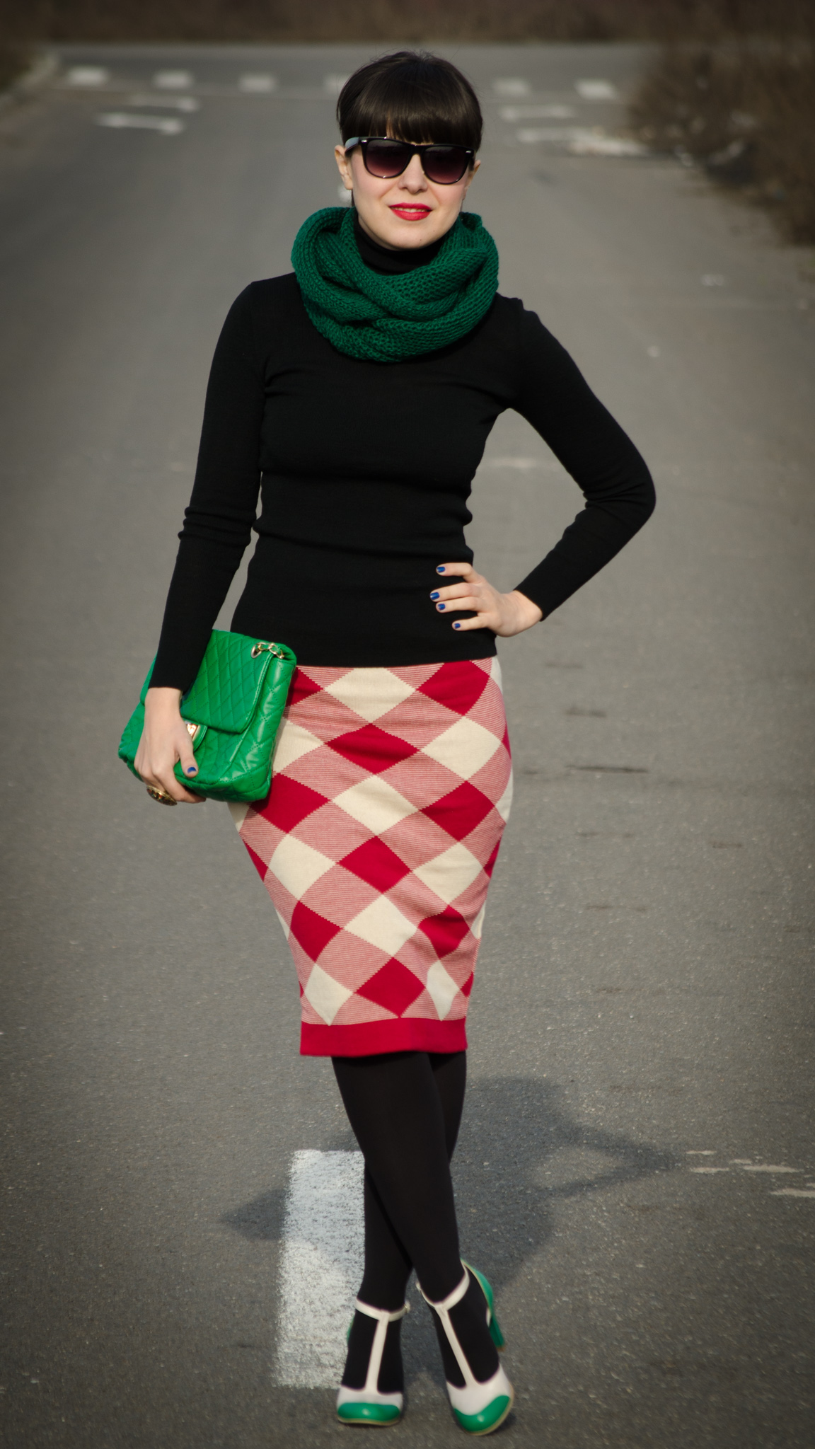red checkered pencil skirt checkers black turtleneck green scarf bag handbag nude & green high heels tina R koton Christmas look outfit