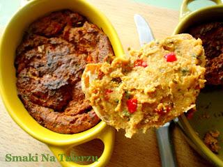 Lekki, prosty, domowy pasztet z soi, z dodatkiem papryki, cukinii i szczypiorku idealny na kanapki zdrowy
