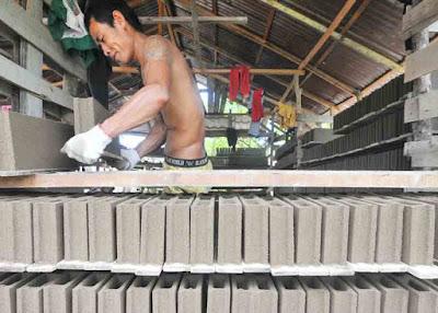 MENYUSUN BATAKO:Pekerja menyusun batako saat menyelesaikan pesanan pelanggan. Tingginya pembangunan perumahan membuat usaha ini kian banyak digeluti masyarakat. HARYADI/PONTIANAKPOST
