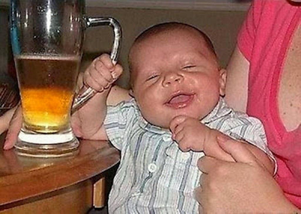Foto lucu bayi mabuk tertawa di pangkuan ibunya