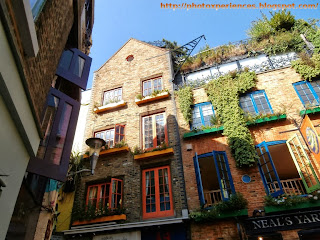 Details of some facades in Neal's Yard, London. Detalles de algunas fachadas en Neal's Yard, Londres.