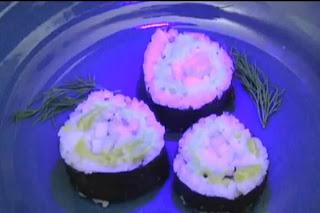 Sushi que brilha no escuro