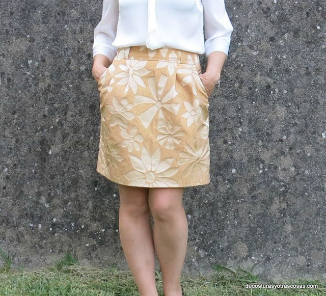 falda recta con bolsillos de cadera y pinzas huecas