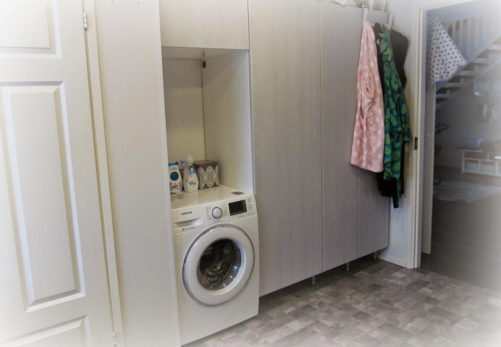 Hyllykkö pesukoneen päälle