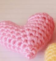http://translate.googleusercontent.com/translate_c?depth=1&hl=es&rurl=translate.google.es&sl=en&tl=es&u=http://easymakesmehappy.blogspot.com.es/2011/01/crochet-pattern-little-heart-plushy.html&usg=ALkJrhgK_Q1SDCHBmk0UMzfiliarsJxkbQ