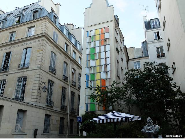 immeubles volets couleurs arc-en-ciel, face Club Rayé bar jazz Paris, rue saint-sauveur nouveau quartier bars restos cool Paris