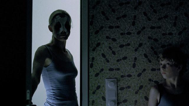 """Trailer legendado e pôster nacional do terror """"Boa Noite, Mamãe"""""""