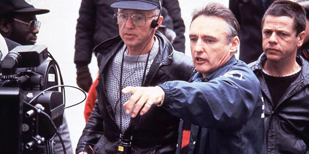 dennis hopper como diretor de cinema comandando sua equipe ao lado de uma câmera cinematográfica no set do filme sem destino