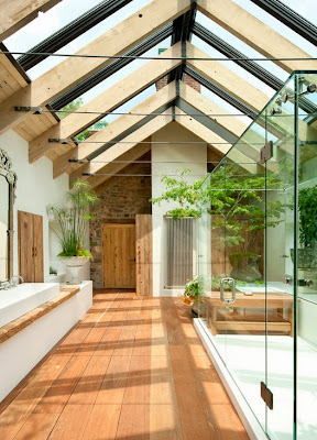 Diseño de cuarto de baño con techo abierto