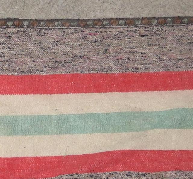 Ampliação macro de Fotografia de Manta Tradicional feita de restos de tecidos velhos Ilha Terceira. Esta manta pode ser usada na parede, no chão ou como cobertura de alguidares com massa para pão