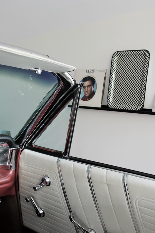 inrett garaget, 50-talet, 60-talet, prylar nostalgi, rock and roll prylar, elvis skivor, bonneville, pontiac, svart och vit rutig bricka, garage amerikanare
