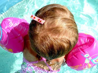 barrette fille à la piscine