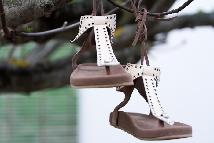 sandalias de moda en los pies