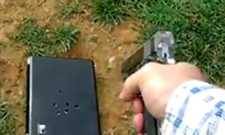 臉書教女 向電腦開槍