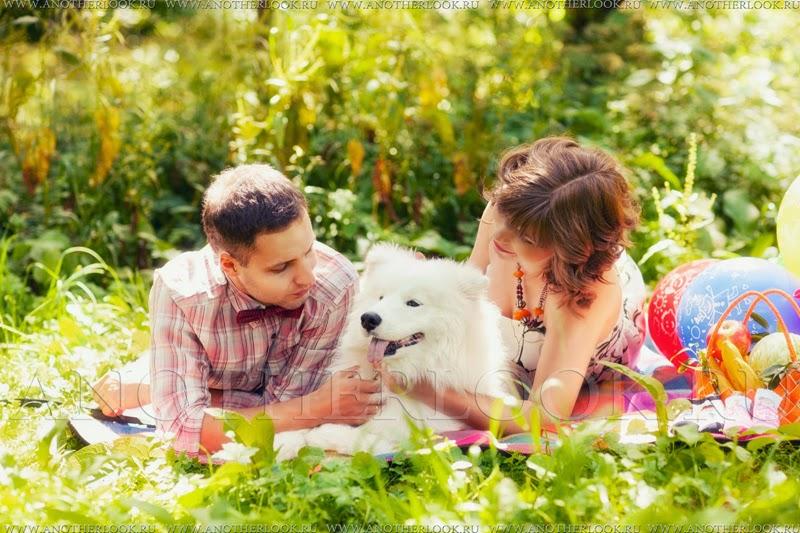 Пара с собакой в парке