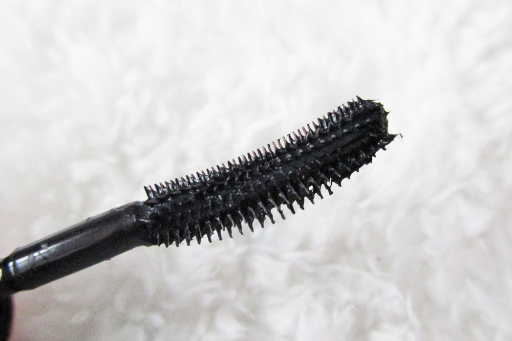 a picture of benefit roller lash mascara brush