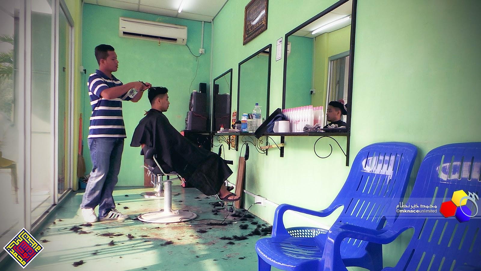 Sesi gunting rambut di Aza Green Hair Style Taman Nusantara Gelang Patah