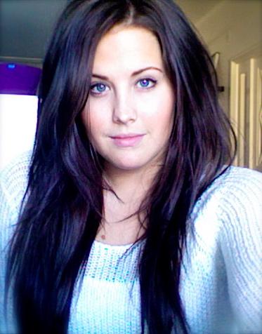 svart hår och blåa ögon