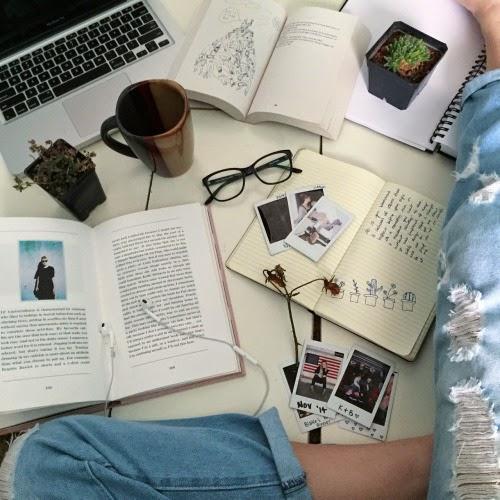 """""""Czytanie książek to najpiękniejsza zabawa, jaką sobie ludzkość wymyśliła."""" - Wisława Szymborska"""