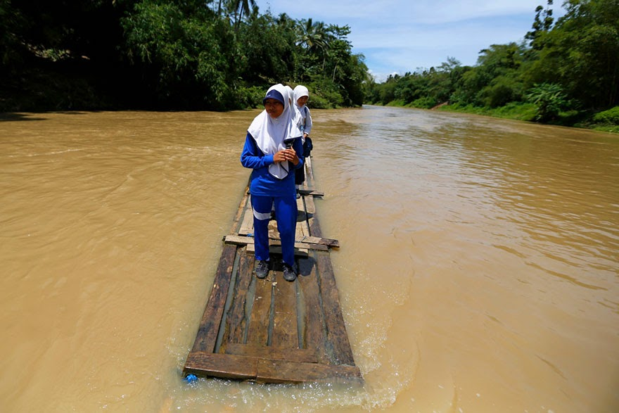 20 Of The Most Dangerous And Unusual Journeys To School In The World - Cilangkap Village, Indonesia
