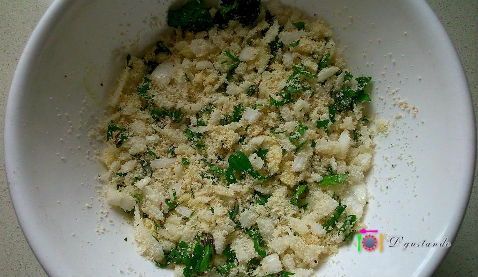 Preparamos el relleno a base de pan rallado, ajo y hierbas aromáticas