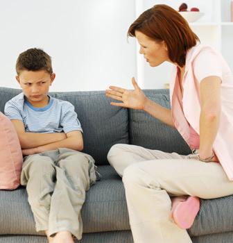 El que detiene el castigo, a su hijo aborrece; Más el que lo ama, desde temprano lo corrige.