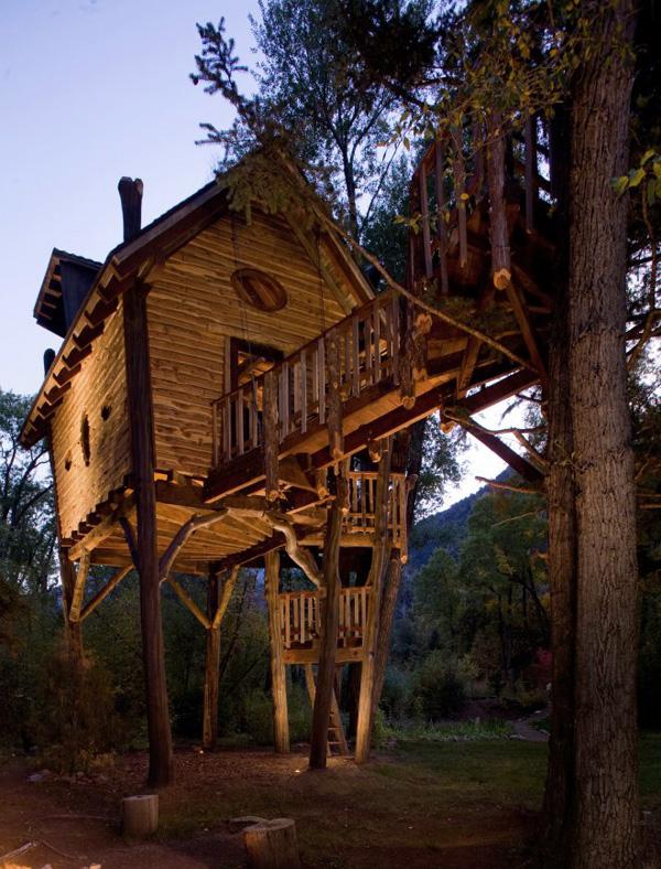 la casa sobre los pilotes de tronco de arbol