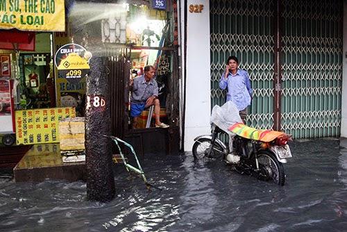Người Sài Gòn lại khốn đốn vì phố thành sông