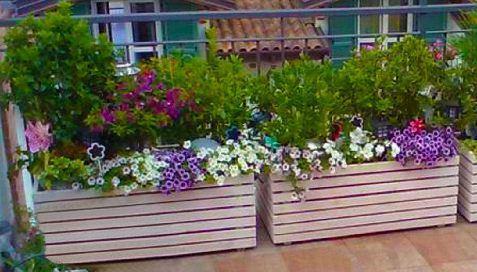 Giardino sul balcone con fioriere da giardino in legno for Fioriere in legno obi