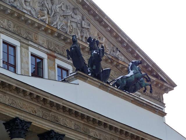 Kwadryga Apollina nad portykiem Teatru Wielkiego w Warszawie