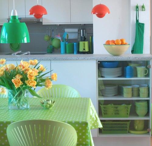 Decoracion actual de moda cocinas con mucho color - Como decorar una cocina ...