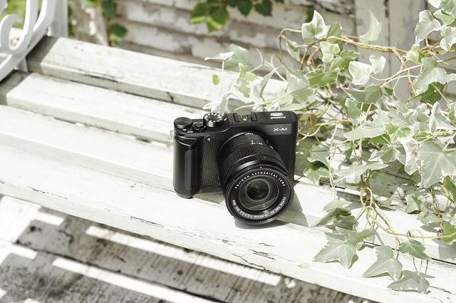 Fotografia della Fuji X-A1 su di una panchina