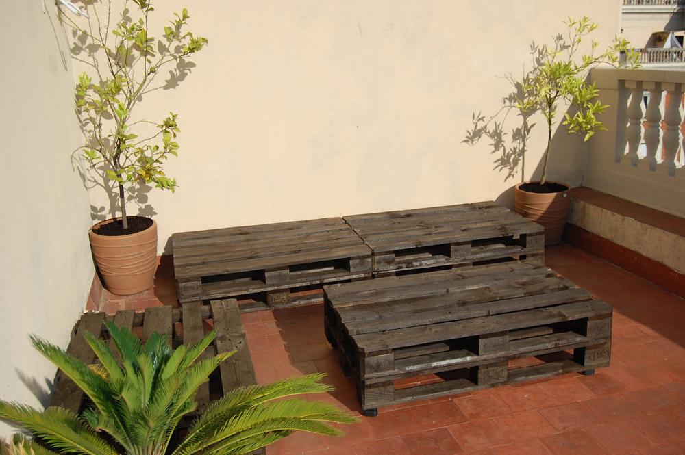 La terraza chill out de palets de ivan y anna for Bancos para terrazas baratos