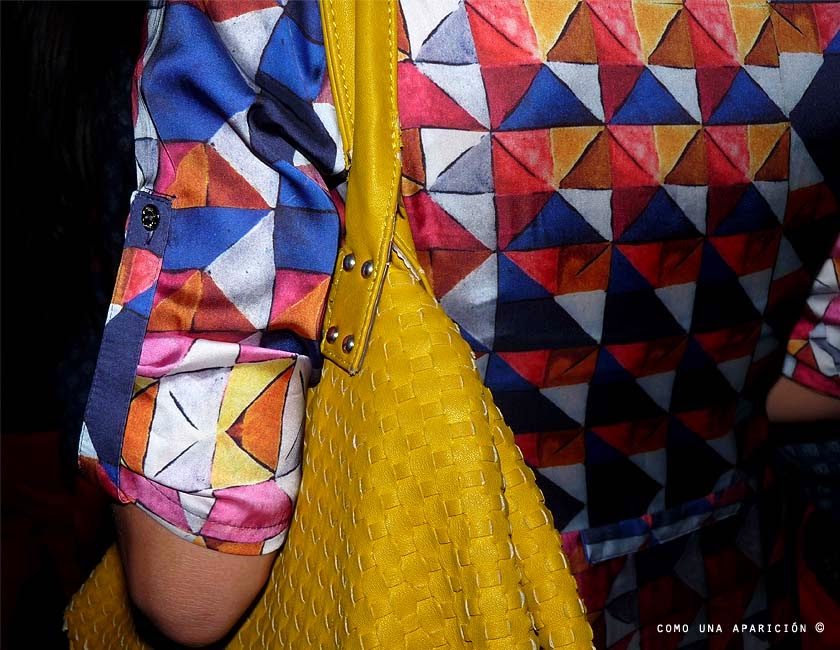 street-style-women-fashion-printed-geometric-dress-yellow-bag-como-una-aparición