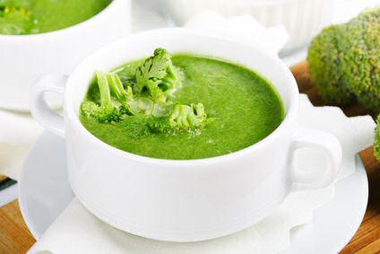 Zeer groene broccolisoep geserveerd in een soepkom