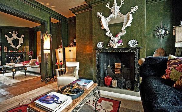 salon pintado estuco verde con chimenea marmol veteado negro