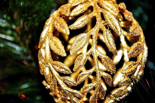 золотой шар на елку