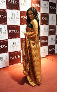 Humaima Malik show stopper for Sania Maskatiya PFDC Sunsilk Fashion Week 2011   Red Carpet DAY 1 & 2
