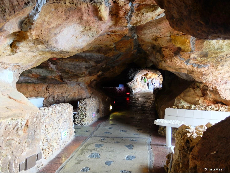 couloir intérieur bar club accroché à la falaise Cova D'En Xoroi, Minorque Menorca Cala n'Porter