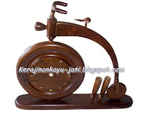 http://kerajinankayu-jati.blogspot.com/2013/03/souvenir-jam-meja.html