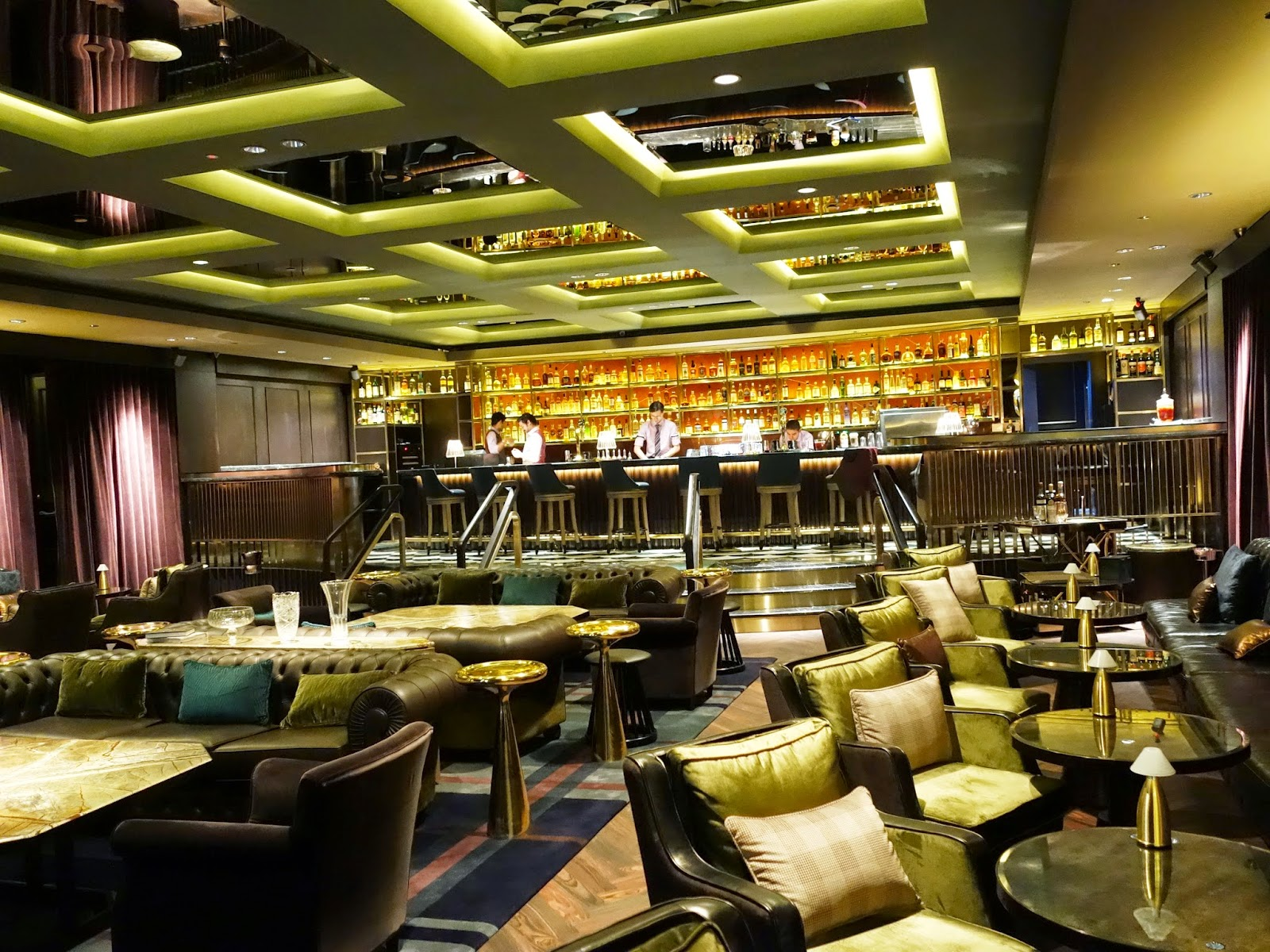 Pinkypiggu manhattan swanky hotel bar at regent singapore for Swanky hotel