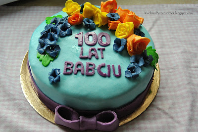 Urodzinowy tort z różami i hortensjami dla babci